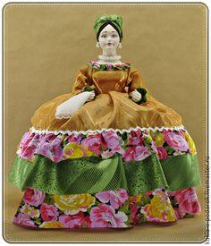 Подарок кукла Купчиха грелка на чайник ручной работы . Кукла ручной работы от мастерской `Кукла в Подарок`. Место изготовления - Москва. Доставка Почтой России в регионы и другие страны.