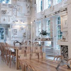 Мексиканские архитекторы Cadena + Asociados спроектировали ресторан Hueso, расположенном в Гвадалахаре. Проект заключался в ремонте здания, построенном в 40-х. Интерьер напоминает кунсткамеры с доминирующим белым цветом.