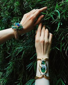 The lush greens of summer, by @davidwebbjewels. ✨