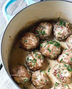 Heerlijke gehaktballetjes in port-roomsaus. Lekker bij bijvoorbeeld geroosterde aardappelen of een zachte aardappelpuree en rode kool.