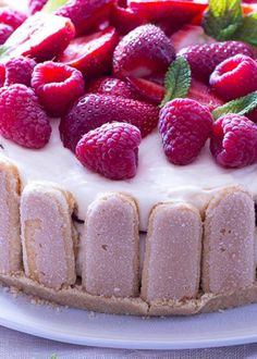 Charlotte de frutos vermelhos com mascarpone Charlotte, Beautiful Desserts, Cheesecakes, Food And Drink, Yummy Food, Sweets, Healthy Recipes, Cooking, Sweet Like Candy