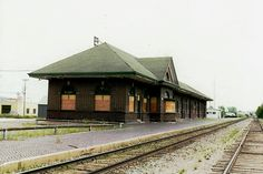 Great Northern Railway depot in Bemidji, Minnesota. It was built in 1912 and was the last depot commissioned by James J. Bemidji Minnesota, Great Northern Railroad, Red Lake, Train Posters, Milwaukee Road, Railroad Photography, Rock Island, Union Station, Model Trains