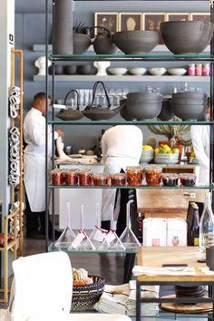 Lykkelig - mein Foodblog: Mein Food-Guide für Kapstadt! Mit dem fantastischen Neighbourgoods Market, feinen Cafés, Kracher-Restaurants und den besten Smoothies der Stadt. Shop Signs, Cape Town, South Africa, Smoothies, Restaurants, Places, Weekend Getaways, Southern, Wanderlust