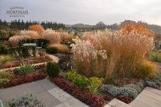 Ogrody Hortulus, różnią się od typowych ogrodów botanicznych czy dendrologicznych są to ogrody pokazowe. W tego typu ogrodach, najważniejszą cechą jest kompozycja roślinna i styl ogrodów. Sidewalk, Plants, Side Walkway, Walkway, Plant, Walkways, Planets, Pavement