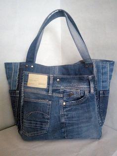 Bolsa de jeans para mujer. Una elegante bolsa de jeans reciclados. Jeans viejos. Dentro del doblete ...