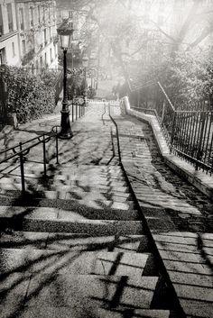 Rue maurice utrillo escaliers montmartre paris france photographie noir blanc paysage - Photo romantique noir et blanc ...