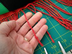 Excellent twisted fringe instructions! Making twisted fringe. Step-by-step pics.