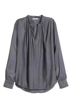 Kleid mit Schnürung: Kurzes, weites Kleid aus gekreppter Viskose. Das Kleid hat einen V-Ausschnitt mit Schnürung und lange Ärmel mit elastischem…