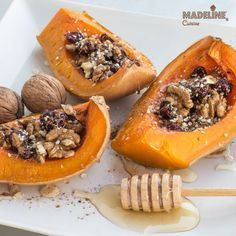 Dovleac copt cu fructe si nuci / Dried fruit & nut roasted butternut squash Raw Vegan Recipes, Vegan Desserts, Vegan Vegetarian, Vegetarian Recipes, Mono Meals, Good Food, Yummy Food, Romanian Food, Roasted Butternut Squash