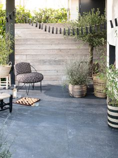 vtwonen buitenvloeren by Douglas & Jones - Douglas & Jones Terrace Tiles, Garden Tiles, Outside Living, Outdoor Living, Outdoor Tiles, Outdoor Decor, Summer Garden, Home And Garden, Exterior Tiles