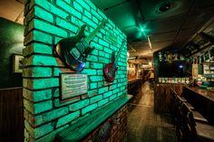 Rock 'N' Roll PUB - Čia savaitgalis niekada nesibaigia Irish Pub Interior, Bar Interior, Interior And Exterior, Interior Decorating, Rock N Roll Music, Rock And Roll, Irish Bar, Pub Design, Guitar Wall