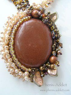 TERRA COTA : Cabochon serti en pendentif. Lacet asymétrique.