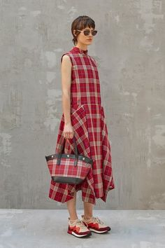 Mulberry Spring 2020 Ready-to-Wear Fashion Show Collection: See the complete Mulberry Spring 2020 Ready-to-Wear collection. Look 9 2020 Fashion Trends, Spring Fashion Trends, Summer Fashion Outfits, Fashion 2020, Fashion Show, Fashion Dresses, Paris Fashion, Tartan Fashion, Casual Dresses