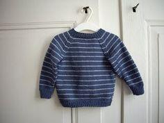 Kleine Entdecker mögen bequeme und robuste Kleider. Dieser hübsche Babypulli wird in einem Stück von unten nach oben gestrickt. Feine Strei...