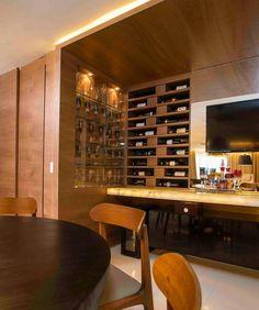 Sexta feira pede um local aconchegante para receber os amigos! Esse bar com bancada em onix translúcido e espaço para adega vinhos e taças ficou show!  Por Naiana Lima e Priscilla Ximenes #saldesigndecor #varandadesigndecor #olioliteam