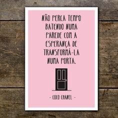 """Posters com Frases - Moda """"Não perca tempo batendo numa parede com a esperança de transformá-la numa porta."""" Coco Chanel"""
