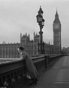 A tourist in London: An early shot of Elizabeth Taylor, from shows the young actress posing in the shadow of Big Ben on Westminster Bridge. Elizabeth Taylor, Big Ben London, Old London, Michael Wilding, Unseen Images, Westminster Bridge, Vintage London, London Photography, Rare Photos