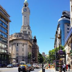 La estatua es del General Julio Argentino Roca, antiguo presidente del país, y el edificio es la Legislatura de la Ciudad de Buenos Aires.
