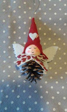 Ciao a tutte! ...le mie amiche vicine e lontane, nuove e vecchie (di data, non di età) mi hanno convinta a creare questo blog.. spero che vi piacerà curiosare tra le mie creazioni ... e se mi lascerete un commento,un suggerimento,un incoraggiamento o anche solo un saluto mi farà piacere. Diy Xmas Gifts, Homemade Christmas Gifts, Felt Crafts, Christmas Crafts, Diy Crafts, Christmas Love, Diy Christmas Ornaments, Handmade Christmas, Christmas Decorations