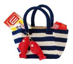 Un petit sac tricoté avec rayures marines et poissons rouges en tricot accrochés à la anse.
