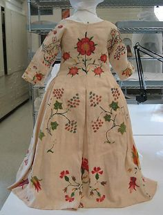 Dress - hand embroidery. Mid 18th Century @ Metropolitan Museum. Linen & wool. Dress Back