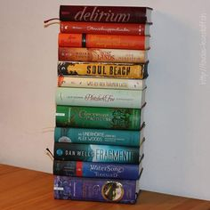 Die liebe @xgoldmarie hat mich zum #rainbowbooktag getaggt. Passt ja pefekt zur heutigen Geburtstagstorte .... Wer stapelt mit? Ich möchte mehr buchige Regenbögen sehen .... #bookstagramm #rainbow