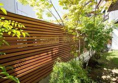 念願のフェンスが完成。重さを感じさせないアイデアが秀逸。 Landscape Design, Garden Design, House Design, Exterior Design, Interior And Exterior, Decks, Wood Privacy Fence, Architecture 101, Hidden Garden