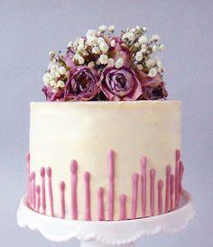 """Tort degrade cu lavandă Pentru ziua mea de nume (pentru că în buletinul meu scrie şi Mihaela  ) mi-am dorit să pregătesc un tort indigo în degrade. Un tort simplu, cu blat umed şi cremă de unt cu bezea elveţiană.Am găsit reţeta de blat alb la Gretchen's Bakery(care o are din """"Baking Ilustrated""""... Read More"""