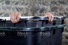 Deux mains sur le bord d'un récipient. photo libre de droits
