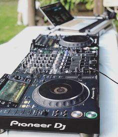 The best DJ setup for beginners to perform like pro's - GlobalDJsGuide Cdj Pioneer, Pioneer Dj, Learn To Dj, Dj Setup, Gaming Setup, Dj Images, Dj Speakers, Digital Dj, Rap
