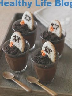 These Halloween treats are scary good. You're halloween party will be perfect with these scary halloween desserts. Halloween Desserts, Halloween Cupcakes, Hallowen Food, Postres Halloween, Diy Halloween Treats, Healthy Halloween, Halloween Food For Party, Creepy Halloween, Halloween Costumes
