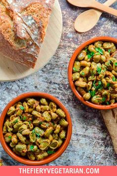 Looking for some easy vegan tapas ideas? Look no further, I've got you covered with this fresh or frozen fava bean recipe. Young fava beans (or baby broad beans, make sure they are green, not brown) cooked up in white wine with onions and garlic, perfect for scooping up with some fresh crusty bread. Serve with other Spanish appetizers for the perfect healthy party platter or casual dinner party meal. They're even vegan! Make them today in just under half an hour. Vegetarian Lunch Ideas For Work, Easy Vegan Lunch, Vegan Lunches, Spicy Vegetarian Recipes, Vegetarian Appetizers, Tapas Ideas, Spanish Appetizers, Vegan Coleslaw, Eating Vegetables