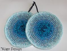 En scrunchies er den perfekte gave til din veninde eller søster. Crochet Home, Free Crochet, Crochet Potholders, Chrochet, Scrunchies, Pot Holders, Decorative Bowls, Crochet Patterns, Tapestry