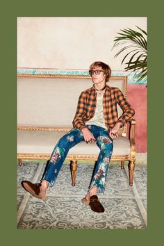 For Gucci's Pre-Fall 2016 menswear collection, designer Alessandro Michele pulls out all the stops with more than a few flamboyant offerings. Mens Fall Street Style, Street Style 2017, Street Styles, Estilo Grunge, Fashion Photography Inspiration, Gucci Men, Fashion Outfits, Mens Fashion, Italian Fashion