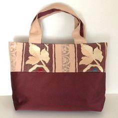 やわらかいピンクベージュ地花模様と光沢のある茶色の帯をリメイクしたトートバッグです。裏生地には、花模様・ベージュの着物や帯生地などを使用しています。持ち手部分は、ピンクベージュと茶色の2色使いになっています。内ポケット(3ケ)つき。マグネットボタンつき。中敷つき。*サイズ(アバウト寸) タテ:26㎝ ヨコ:42㎝ マチ:10㎝ モチテハバ:5㎝モチテナガサ:42㎝ 『秋ハンドメイド2017』 Japan Bag, Kimono Fabric, Pouch, Wallet, Fashion Beauty, Japanese, Handbags, Tote Bag, Purses