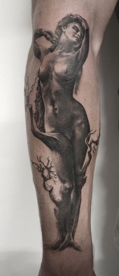 tatouage nymphe femme par stephane bueno tatoueur studio black corner tattoo #nymphe #woman #femme #sexy #tattoo #ink #sleeve #realistictattoo #realism #blackandgreytattoo #girl #wood #tree #stephanebueno #blackcornertattoo