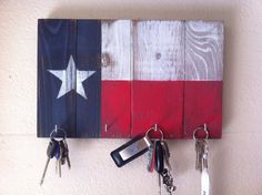 This key rack is hand made from wood and painted to resemble the great state of Texas flag. The key rack is sanded to create a vintage, rustic Wood Projects, Woodworking Projects, Woodworking Jigs, Texas Crafts, Texas Diy, Texas Home Decor, Wood Crafts, Diy Crafts, Diy Cadeau