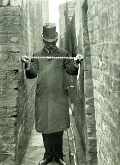 Liverpool alleys and passage ways - 1907 Medical Officer of health report, measuring width of passageways. Liverpool Docks, Liverpool History, Liverpool Home, Liverpool England, Uk History, London History, British History, Old Pictures, Old Photos