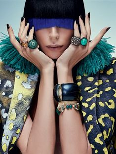 Lea T usa brincos, R$ 739, Eleonora Hsiung na Choix; na mão direita, anel com citrino, R$ 12.800, Jack Vartanian; anel esmaltado com esmeraldas e turmalinas, Emar Batalha; na mão esquerda, anel com diamantes e esmeraldas, Emar Batalha; anel com tsavorita (Foto: Zee Nunes)