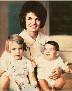 Former First Lady Jackie Kennedy with her young kids Carolina & JFK, Jr. Jfk And Jackie Kennedy, Jaqueline Kennedy, Les Kennedy, Robert Kennedy, Familia Kennedy, John Junior, Jfk Jr, John Fitzgerald, Foto Art