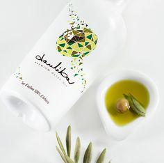 Proyecto de Branding integral. Creación de la marca, naming, look&feel, diseño packaging, página web y e-commerce para un nuevo aceite de oliva.