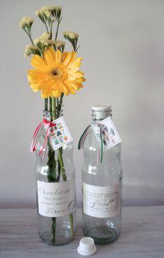 Botellas de vidrio recicladas, pintadas a mano y con transfercnia de imágenes vintage.