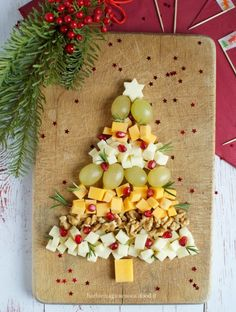 tagliere natalizio di formaggi e frutta Christmas Veggie Tray, Christmas Brunch Menu, Christmas Dishes, Christmas Snacks, Christmas Cocktails, Xmas Food, Christmas Appetizers, Christmas Cookies, Christmas Time