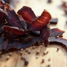 With the increased meat prices, biltong has become more of a delicacy than just a delicious snack these days. More and more biltong lovers have. Paleo Jerky, Beef Jerky, Venison, Whole Foods Products, Fresh Products, Snacks Sains, South African Recipes, Grass Fed Beef, Hardboiled