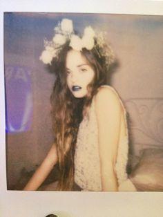 dark lips/floral headband/light shirt