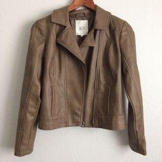 ::SALE:: Brown Vegan Leather Jacket Brand new without tag. Vegan leather jacket. Feels like genuine leather.Front zipper closure and collar. 105814                                                                   15% OFF Bundles of 2+ items Find me on Instagram @see.seasew Jack by BB Dakota Jackets & Coats Blazers Подробно на сайте: |  http://superamazing.ru/bodyslimmer/?ref=80596&lnk=1442005