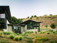 Located in the Santa Lucia Preserve, California, Butterfly House is a retreat, designed by Feldman Architecture and Ground Studio. Roof Design, House Design, Duplex Design, Tiny House, House 2, Butterfly Roof, Rural House, Modern Aesthetics, Commercial Architecture