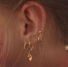 Our Ear cuff or conch ring is perfectly comfortable for the ear and easy to wear. This listing is for a single double ear cuff. Our Clip on ear cuff, slightly adjustable with a little squeeze and available in our one size fits all fake piercing. Ear Jewelry, Rose Gold Jewelry, Cute Jewelry, Jewelery, Jewelry Accessories, Jewelry Ideas, Golden Jewelry, Golden Earrings, Diy Jewellery
