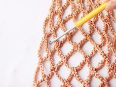 Faire un sac filet au crochet Filet Crochet, Crochet Diy, Crochet Food, Crochet Crafts, Crochet Projects, Diy Net Bags, Bag Patterns To Sew, Crochet Patterns, Crochet Market Bag