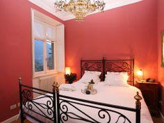 Camera da letto rossa con vista lago